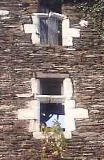 cadres calcaires dans mur de schiste