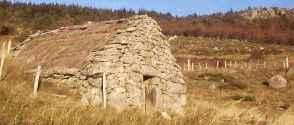 jasse granite avec toit de chaume
