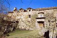 Maison granite en style calcaire avec lucarnes et perron